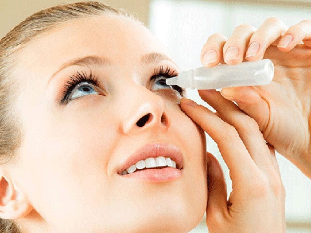 Suýt mù vì dùng keo dán móng nhỏ mắt