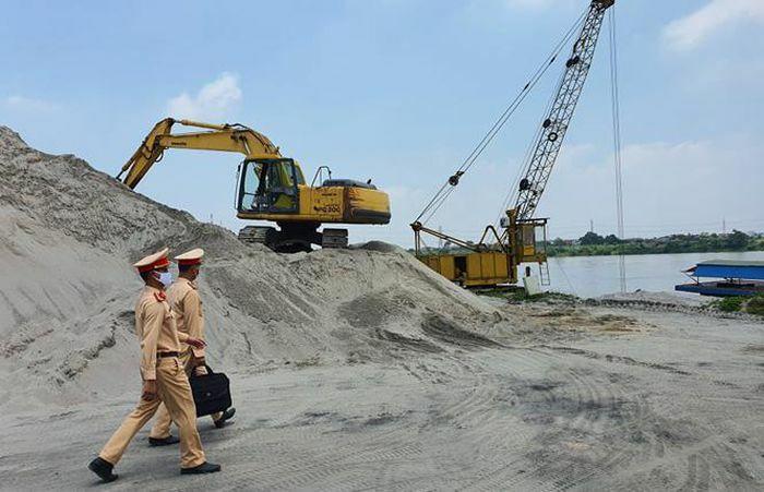Lập biên bản xử lý 7 bến tập kết vật liệu xây dựng ven sông Hồng không phép
