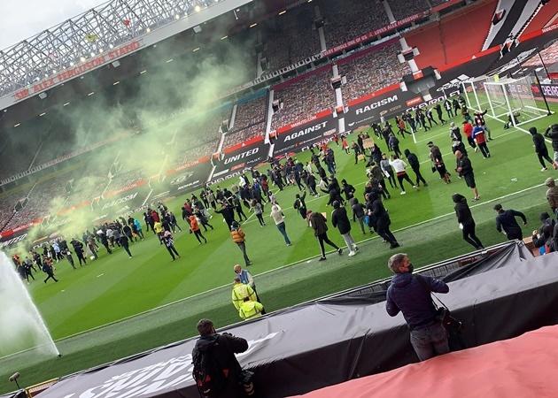 "CHOÁNG! CĐV Man Utd ""đại náo"" OTF, trận gặp Liverpool nguy cơ bị hủy?"