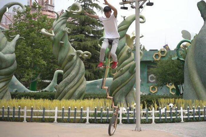 """Thanh niên Trung Quốc nổi tiếng nhờ kỹ năng lái """"xe đạp thang"""""""