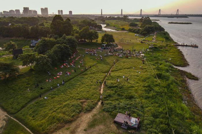Bãi đá sông Hồng đông đúc ngày cuối tuần