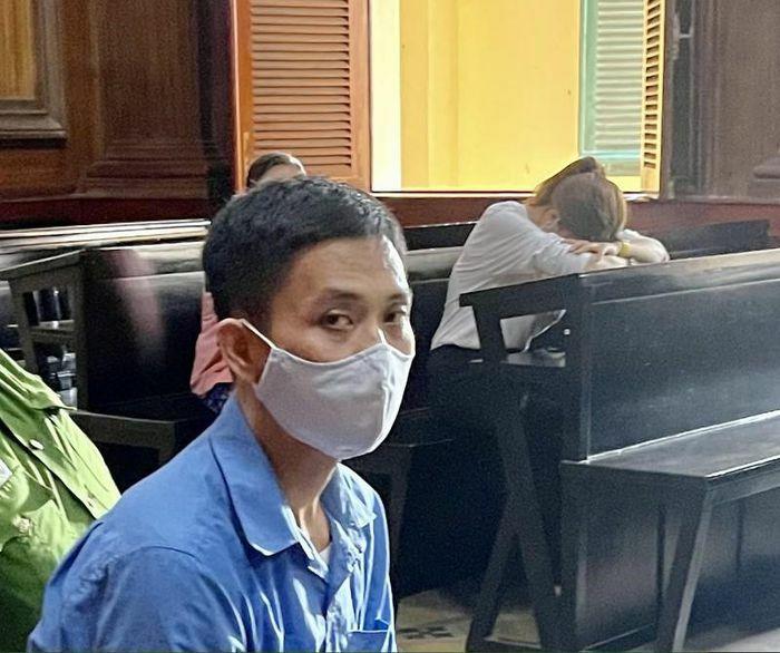 Sát hại ba nuôi vì thấy vào khách sạn với vợ mình