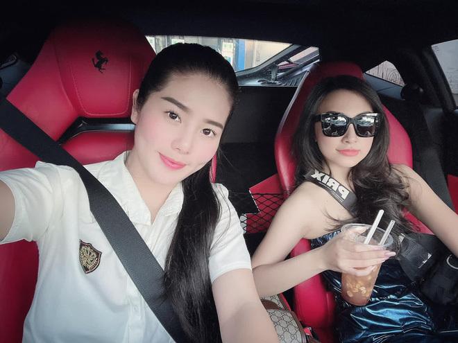 Thêm 1 chị gái nhà giàu gây choáng: Sở hữu cả bộ sưu tập siêu xe, mặc áo màu gì – đi xe màu đó!