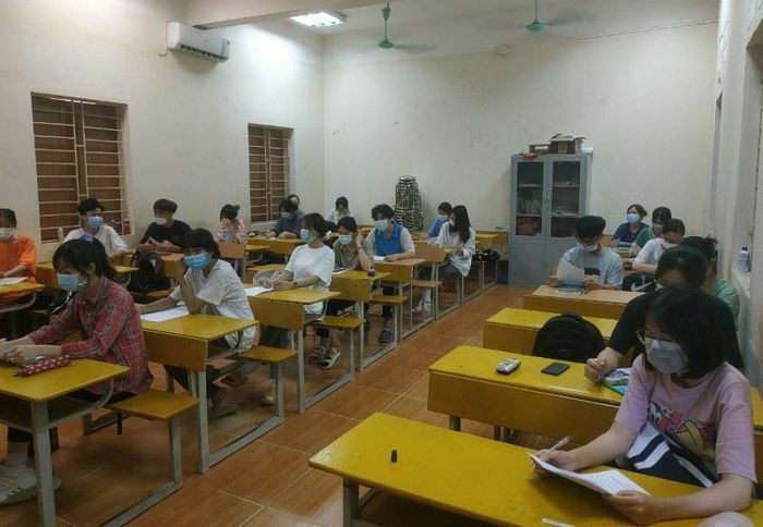 Học sinh lớp 12 Vĩnh Phúc đeo khẩu trang trở lại trường ôn thi tốt nghiệp THPT