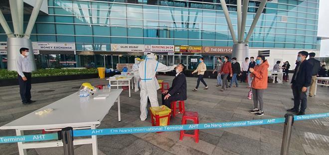 Xét nghiệm COVID-19 cho 2.000 người làm việc tại Cảng hàng không quốc tế Đà Nẵng