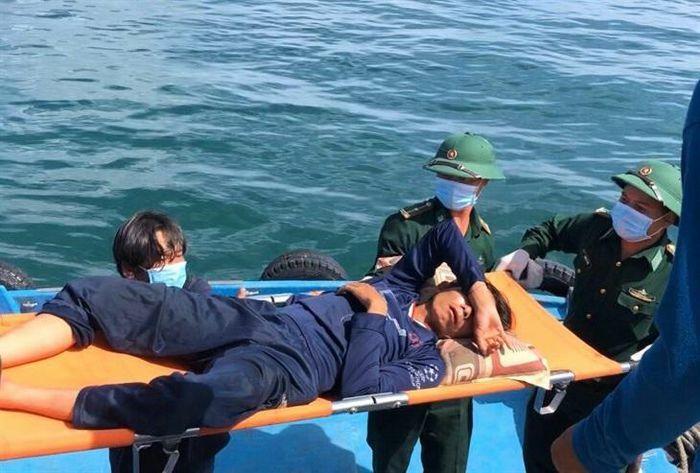 Đồn Biên phòng cửa khẩu cảng Phú Quý hỗ trợ cấp cứu thuyền viên gặp nạn trên biển