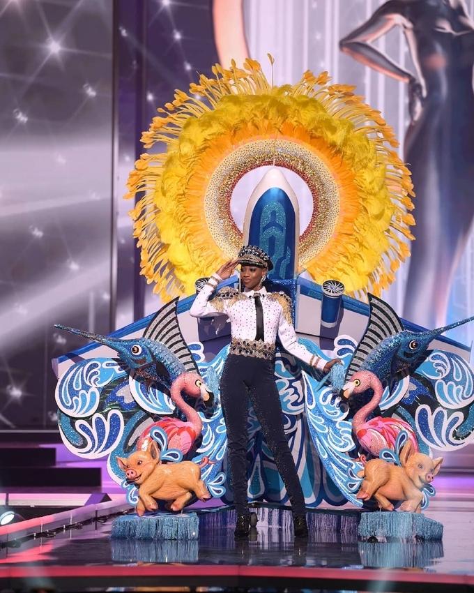 Trang phục dân tộc tại Miss Universe: Người mặc nội y, kẻ mang cả căn nhà lên diễn