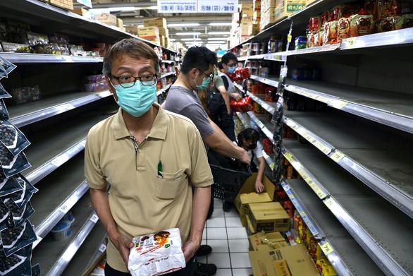 Đài Loan nhiều ca nhiễm, dân ra siêu thị vét hàng sạch kệ