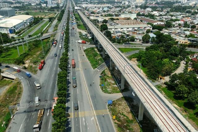 Ngắm tuyến metro đầu tiên của TPHCM sau gần 10 năm chờ đợi