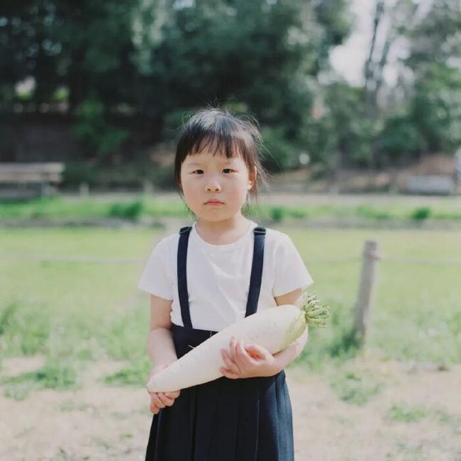 """Cô bé 6 tuổi chụp ảnh thời trang cực đỉnh, những bức ảnh khiến MXH bấn loạn, hóa ra nhờ có """"cao nhân"""" rèn giũa nghiêm khắc phía sau"""