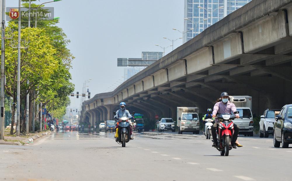 """Ảnh: Vừa nắng đầu hè, đường phố Hà Nội đã """"bốc hơi"""", người dân vất vả che chắn kín mít"""