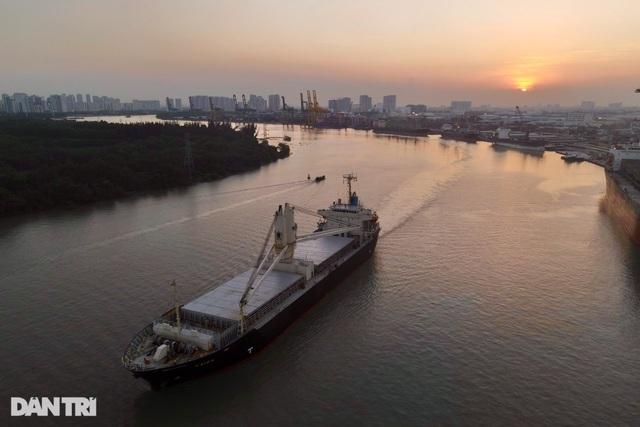 Lộ diện hai đoàn tàu của tuyến Metro số 1 trị giá 2 tỷ đô cập cảng TPHCM