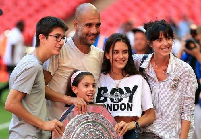 Dele Alli hôn con gái Pep Guardiola