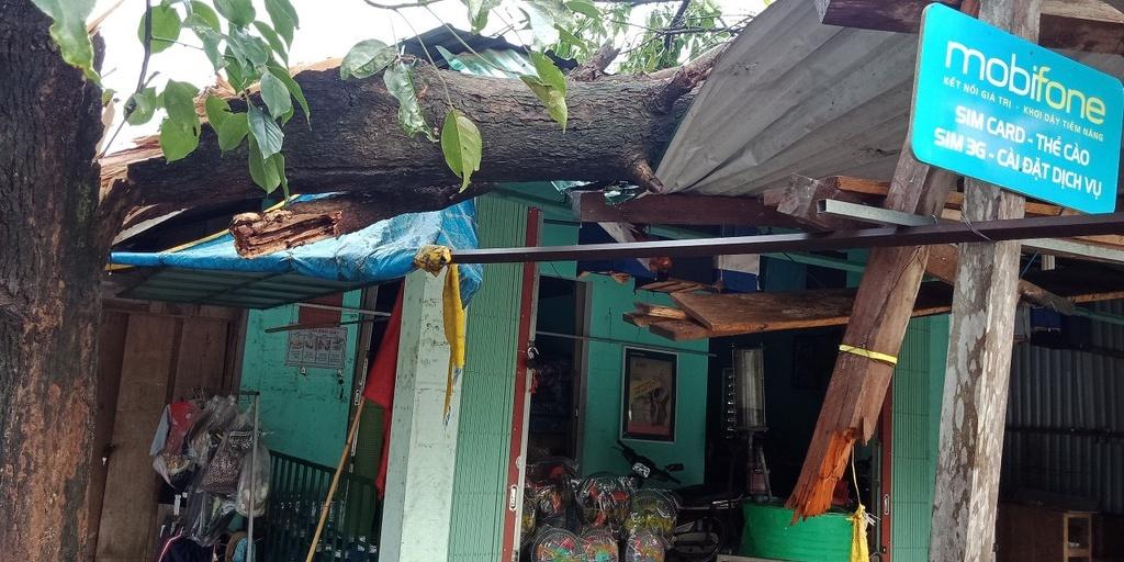 Quảng Trị: Lốc xoáy làm tốc mái 16 nhà dân, sập 2 chốt phòng chống dịch Covid-19