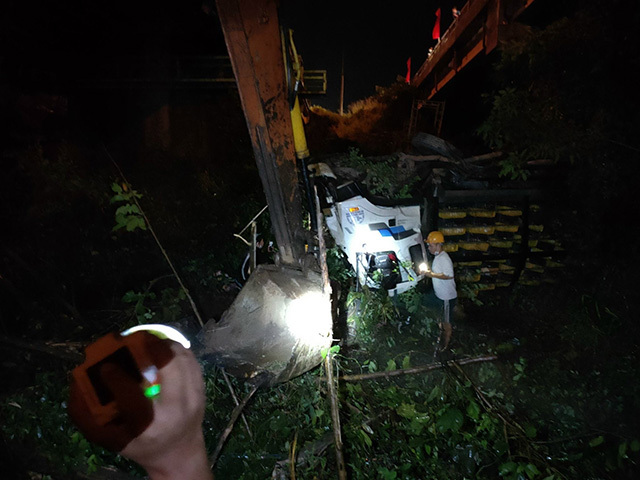 Xe tải tông sập lan can, rơi khỏi cầu