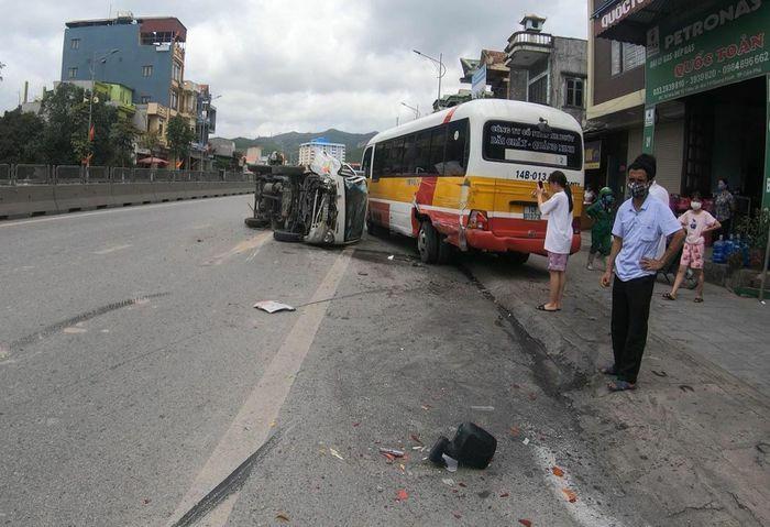 Quảng Ninh: Tông vào đuôi xe buýt đang đỗ, tài xế xe tải suýt chết