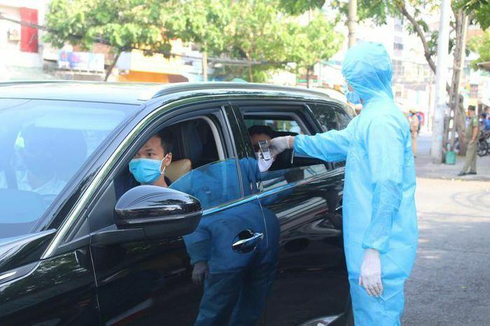 Ngồi trong xe ôtô cá nhân không đeo khẩu trang có bị xử phạt?