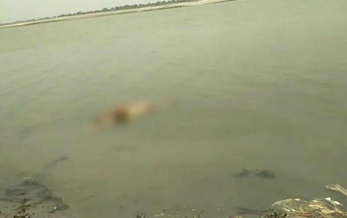 Đến lượt thi thể thiêu dở nghi của bệnh nhân COVID-19 trôi nổi trên sông Hằng
