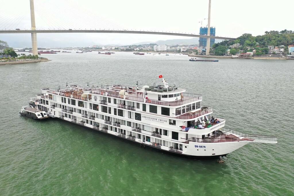 Các nhân viên du thuyền Ambassador âm tính lần 1 với SARS-CoV-2