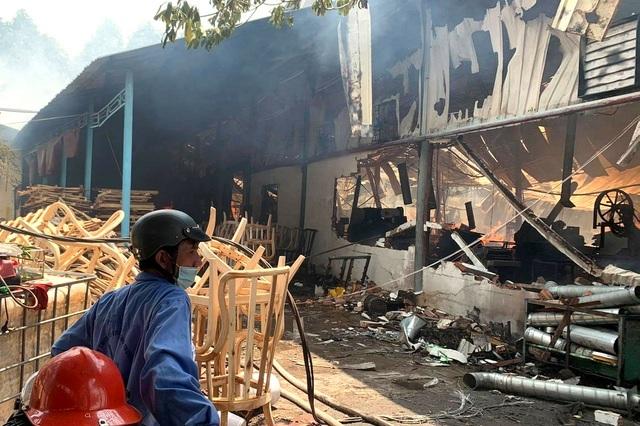 Nhà xưởng 3 công ty chìm trong biển lửa