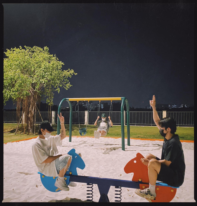 """Sơn Tùng đi chơi 3 người với em trai và """"gà cưng"""" Kay Trần ở công viên, 12h đêm dàn soái ca đăng ảnh che mặt mà cũng gây sốt"""