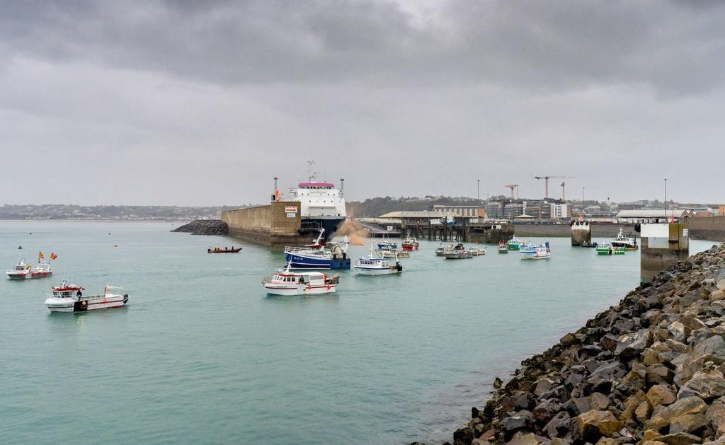 Anh – Pháp leo thang căng thẳng trên biển