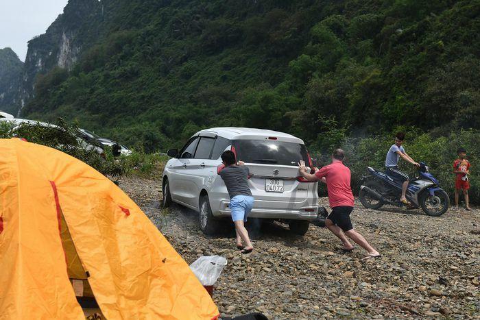 Cắm trại, thưởng thức ẩm thực bên bờ suối ngày nghỉ lễ