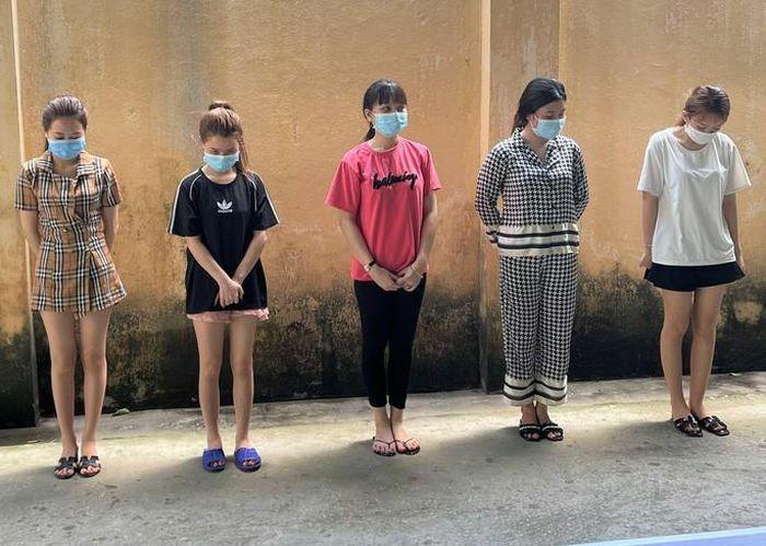 """Nghỉ làm do dịch, 5 nữ nhân viên karaoke vào khách sạn thác loạn trong """"tiệc"""" ma túy"""