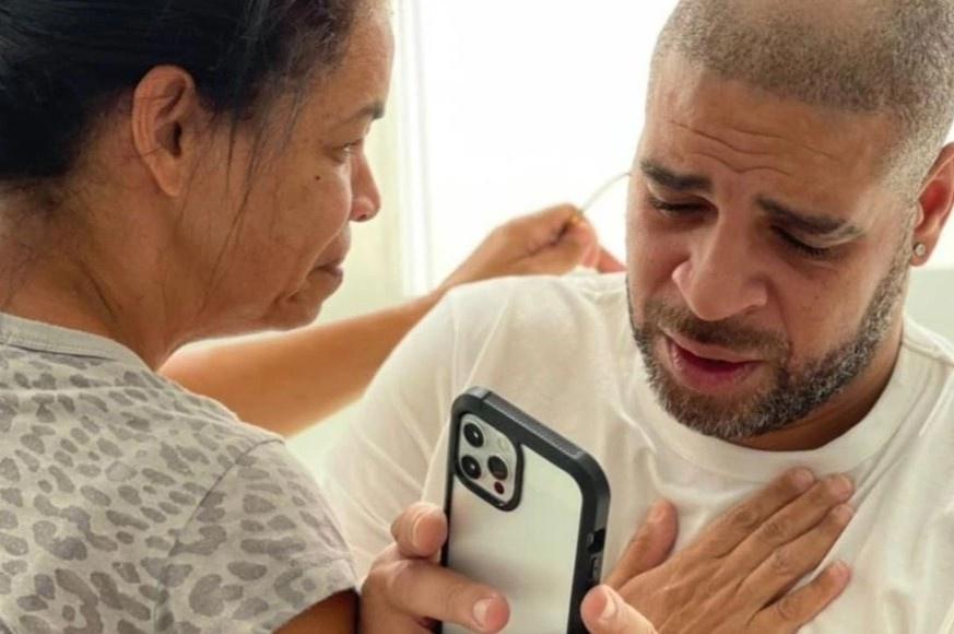 Adriano bật khóc sau khi được vinh danh