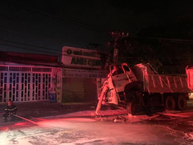 """TP.HCM: """"Hung thần"""" xe ben tông gãy cột điện, cháy nổ vang trời khiến cả nghìn hộ dân bị mất điện"""