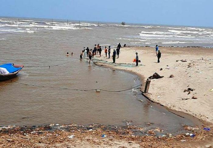 18 học sinh ra tắm biển, 3 em bị sóng cuốn mất tích