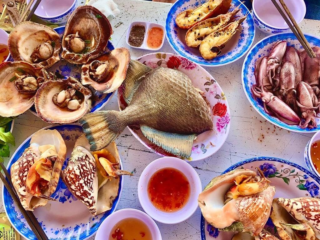 Vi vu Phú Quý thưởng thức đủ món hải sản tươi mùa hè