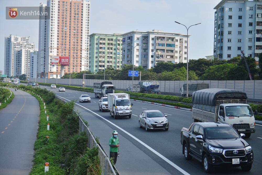 Chùm ảnh: Người dân trở lại Hà Nội và Sài Gòn sau kỳ nghỉ 30/4 – 1/5, nhiều tuyến đường thông thoáng, bến xe vắng vẻ bất ngờ
