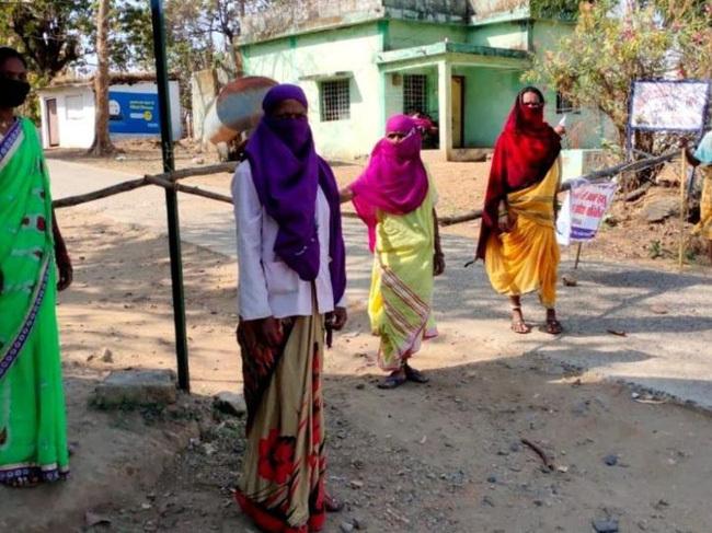 """Mặc """"bão"""" Covid-19 càn quét Ấn Độ, ngôi làng này vẫn không có một ca nhiễm nào, nhìn cảnh tượng ở cổng làng ai cũng ngỡ ngàng đến thán phục"""