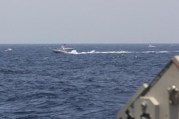 Tàu Mỹ bắn cảnh cáo hơn chục tàu Iran ở Hormuz