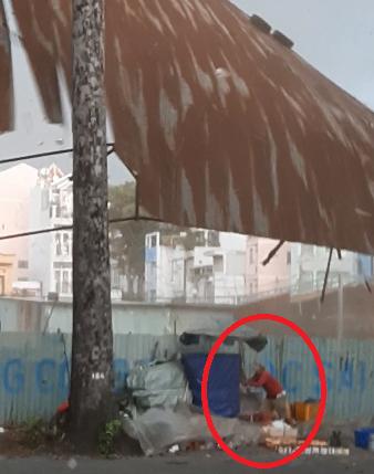 TP.HCM: Gió cuốn bay khung sắt mái che bãi xe, nhiều người thoát chết