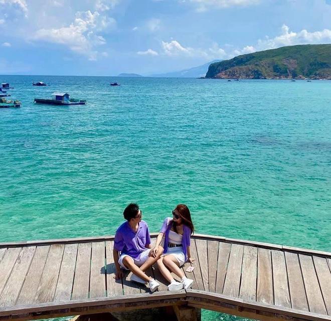 Chạm mặt trong chuyến du lịch, cặp đôi không ngờ lại