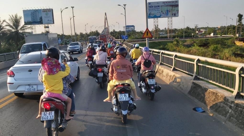 Kỳ nghỉ lễ 30.4 – 1.5: Hàng ngàn ô tô, xe máy rồng rắn qua cầu Rạch Miễu