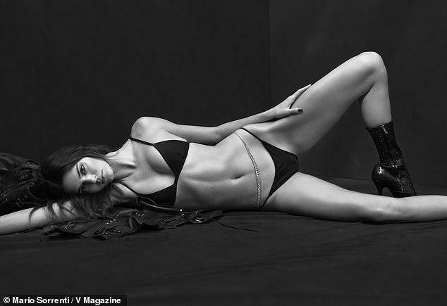 Kendall Jenner và báo đen đọ dáng với bikini đen