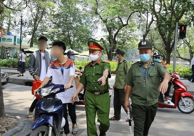 Phạt hơn 200 trường hợp không đeo khẩu trang trong khu phố cổ
