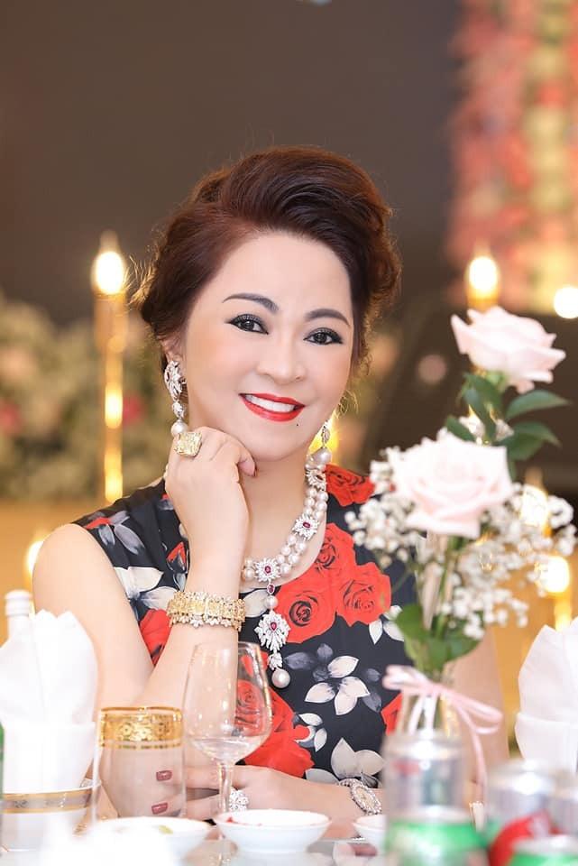 """8 lý do khiến bà Phương Hằng càng livestream càng hot, có thứ đến """"thánh content"""" còn phải nể"""
