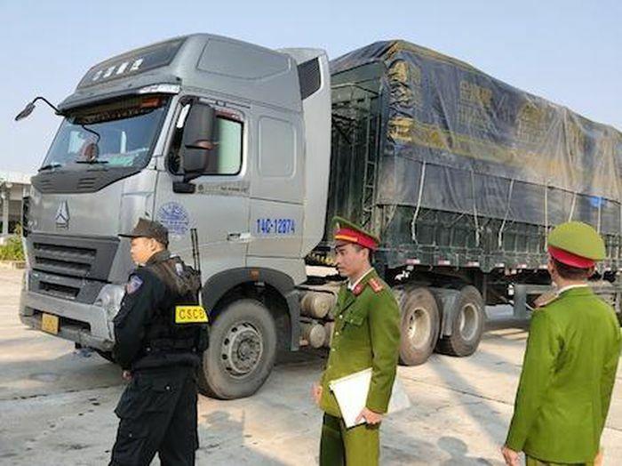 Xử phạt 316 triệu đồng với chủ của 300 tấn hàng lậu bị bắt ở Hải Dương - ảnh 1