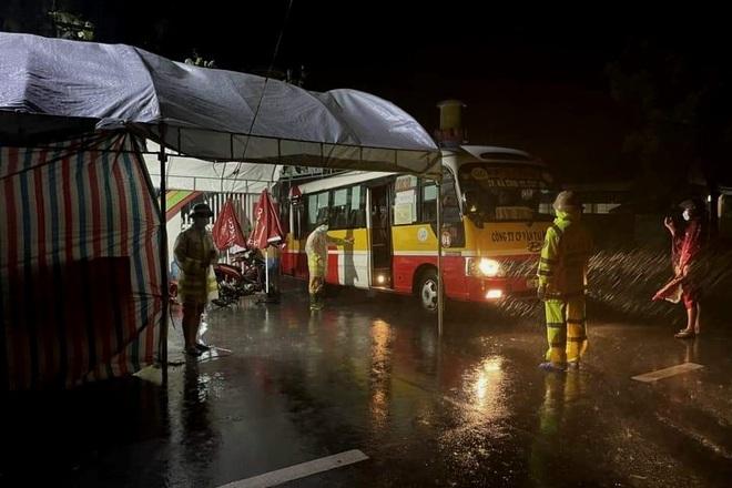 Dùng xe buýt làm điểm trú, chốt trực chống dịch Covid-19