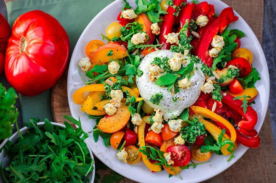 Trưa nay ăn gì: giải nhiệt sự mùa nóng cùng salad ớt chuông - ảnh 1
