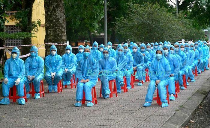 Đón đoàn tình nguyện viên y tế trở về từ Bắc Ninh - ảnh 1