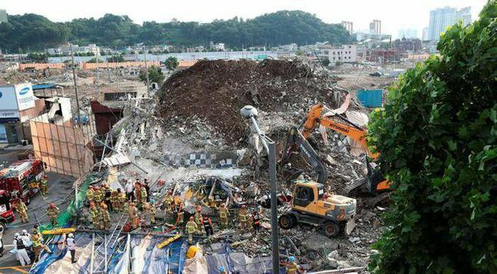 Hàn Quốc: Tòa nhà đang phá dỡ sập trúng xe buýt, 9 người thiệt mạng - ảnh 1