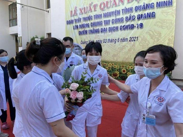 Nữ điều dưỡng cắt mái tóc dài yêu thích, tình nguyện vào tâm dịch Bắc Giang - ảnh 1