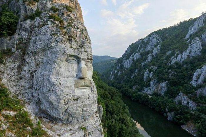Ấn tượng với khối đá ''khủng'' khắc hình gương mặt Nhà vua - ảnh 1