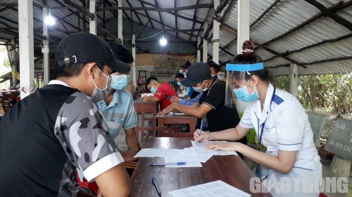 """Những """"bóng hồng"""" trường y chi viện cho các chốt kiểm soát dịch ở Bạc Liêu"""