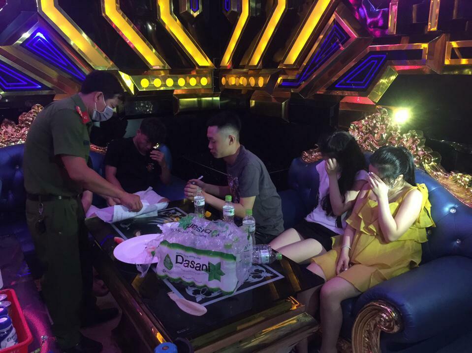 """Quảng Trị: Phát hiện nhóm thanh niên """"bay lắc"""" tại quán karaoke, 29 người dương tính với ma túy"""